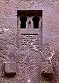 Lalibela, chiesa di bete medhane alem, esterno, finestre 07.jpg