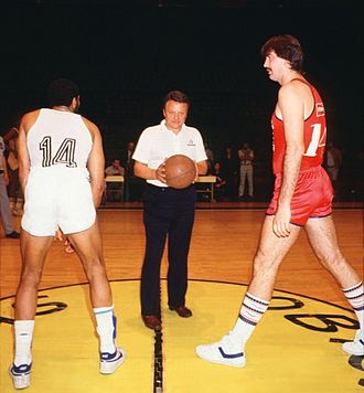 San Lorenzo de Almagro (basketball) - San Lorenzo (in red uniform) played in the first LNB game ever, vs. Argentino de Firmat in 1985. With the ball, León Najnudel.