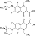 Lomefloxazcin Enantiomers structural formulae.png