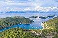 Luftbild vom Hafen Polace auf Mljet mit Blick auf die Inseln Kobrava, Ovrata und Moracnik, Kroatien (48608980182).jpg
