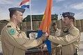 Luitenant-kolonel-woldhuis-draagt-de-vlag-en-daarmee-het-commando-over-aan-luitenant-kolonel-van-tartwijk.jpg