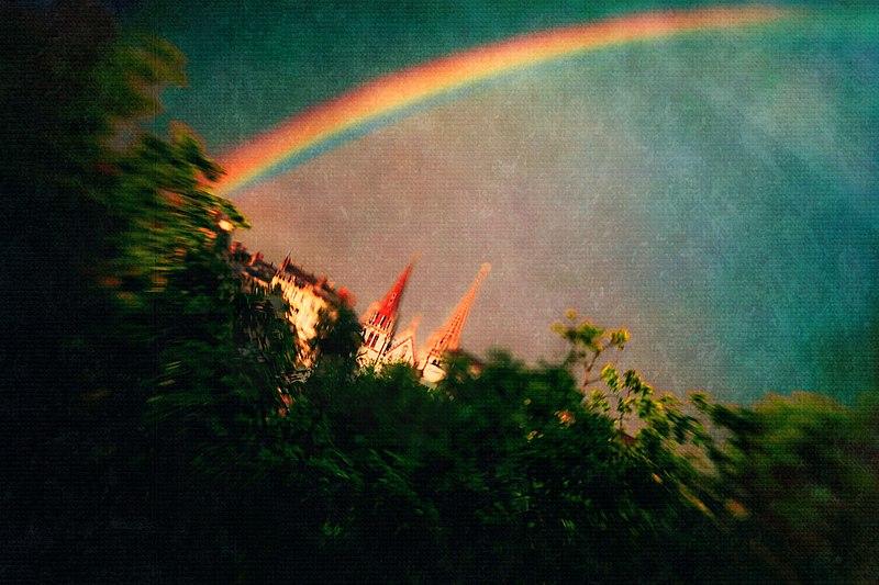 File:Lyon 2e rainbow StNizier.jpg