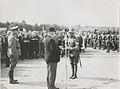Minister president H. Colijn (met bolhoed) reikt de beloningen uit aan de comman – F42491 – KNBLO.jpg