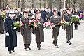 Ministru prezidents Valdis Dombrovskis piedalās svinīgajā vainagu nolikšanas ceremonijā Rīgas Brāļu kapos (8174962259).jpg