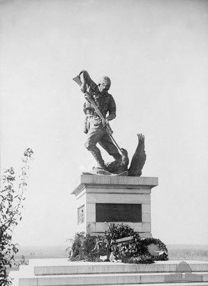 Mont Saint-Quentin - Sculpture by Web Gilbert on memorial from 1925-1940