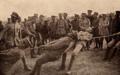 Norton de Matos assiste a uma luta de tracção entre os soldados portugueses - Portugal na Guerra (15 Set. 1917).png