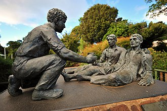 O'Reilly's Rainforest Retreat - Bronze statue at O'Reilly's Guesthouse depicting the rescue