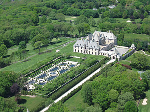 Oheka Castle - Aerial view of the castle and its gardens (2009)