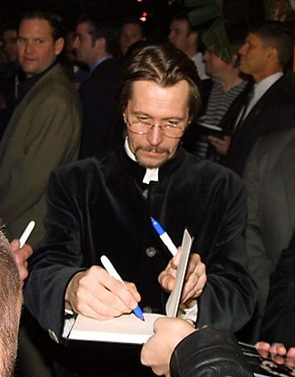 Gary Oldman - Oldman signing autographs at the Harry Potter premiere, 2007