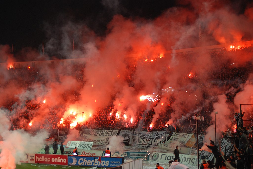PAOK-Ultras finden Pyro ganz ok. (Bild: Wikipedia / George Groutas / CC-BY-SA 3.0)