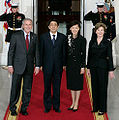 PM and Mrs Abe arrive at WH 26 April 2007 cropped 1.jpg