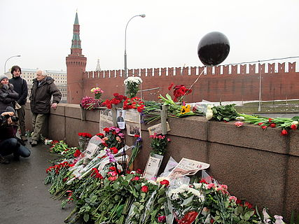 People came to the side of Boris Nemtsov's murder (2015-02-28; 31).JPG