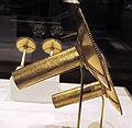 Perù, chimù, coppia di orecchini, lega d'oro a sbalzo, XII-XV sec. 03.JPG