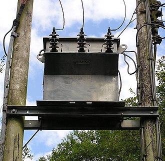 330px-PoleMountTransformer02.jpg