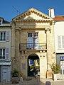 Pontoise (95), ancien Hôtel de ville de 1749 env. (entrée du jardin de la Ville), place du Petit-Martroy.jpg