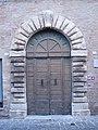 Portone del palazzo Della Rovere di Castelleone di Suasa.JPG