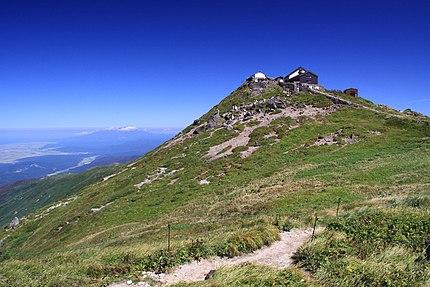山形県の月山の山頂と月山神社。