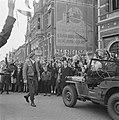 Prins Bernhard wordt door een menigte in Enschede toegejuicht, Bestanddeelnr 900-2543.jpg