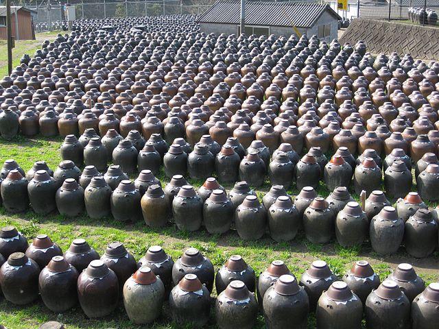 発酵のために黒酢を仕込んだ大量の甕