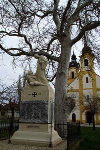 Rábapordány emlékmű a templommal 2015 tavasz.JPG