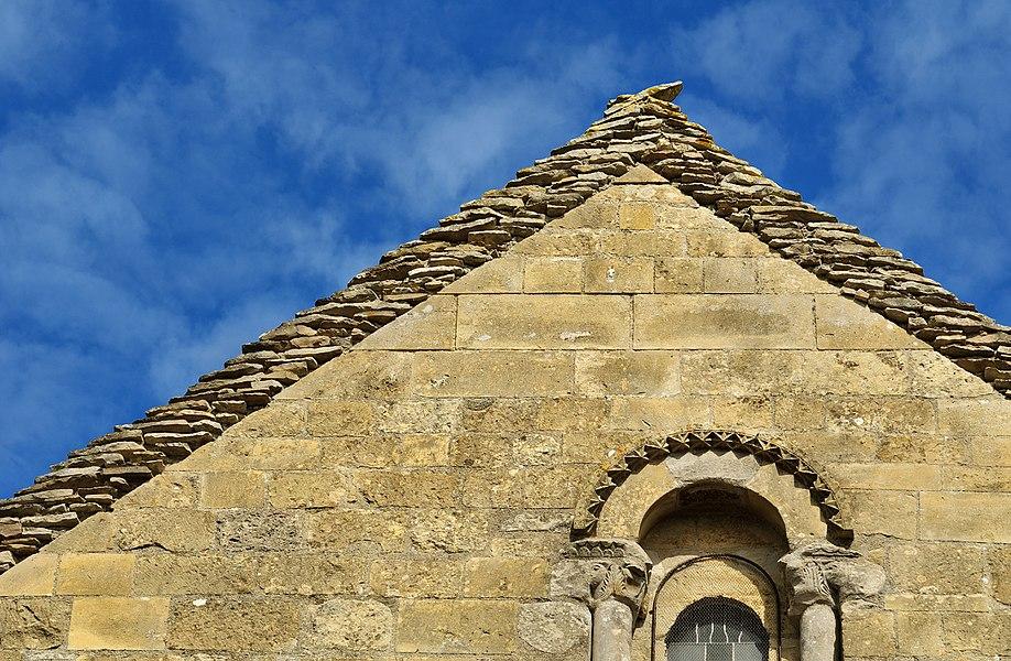 Façade de l'église de Raix. Détail de la partie supérieure