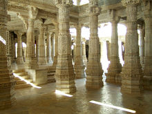 Ranakpur-Jain-Marble-Temple-pillars-Frescoes-Apr-2004-02.JPG