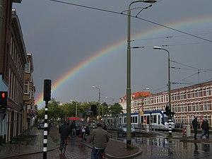De La Reyweg RandstadRail station - Image: Randstadrail en regenboog