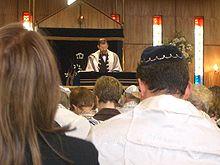 No Judaísmo Reformista as orações são em geral feitas na língua vernácula e homens e mulheres desempenham o mesmo papel no culto