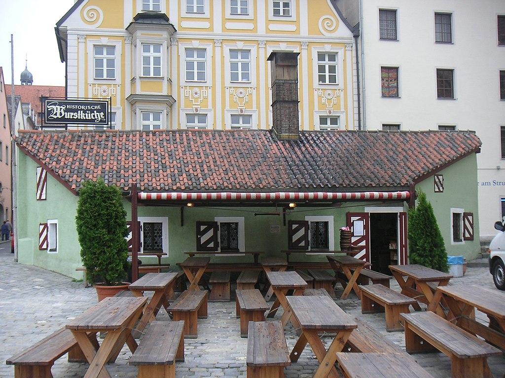 1024px-Regensburg_Historische_Wurstkuchl.jpg