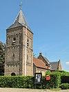 foto van Hervormde Kerk. Eenbeukige dorpskerk met romaans, tufstenen schip en gotisch koor, overdekt met kruisribgewelven, overwelfde kapel tegen de zuidzijde van het koor