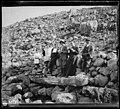 Retrat d'un grup d'excursionistes amb un sacerdot a la font de la Pecheña.jpeg