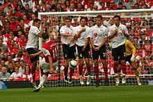 van Persie si appresta a battere un calcio di punizione in Arsenal-Fulham del 12 agosto 2007.