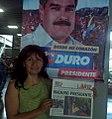 Roxana Miranda con diario La Voz 'Maduro Presidente'.jpg