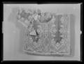 Sadeltäcke av röd sammet med formsydd sits. Broderier utförda i Paris 1650 - Livrustkammaren - 36974.tif