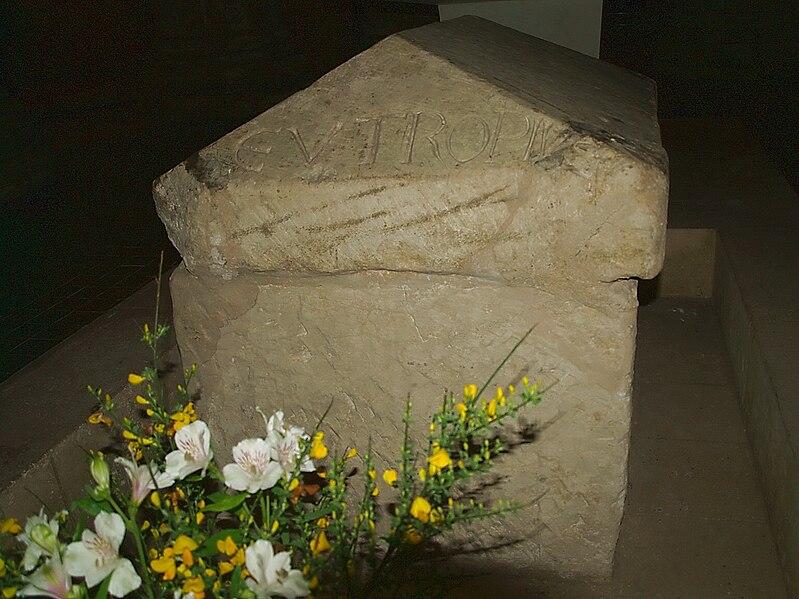 File:Saintes tombe Saint-Eutrope.jpg