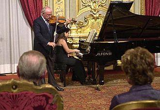 """Salvatore Accardo - Salvatore Accardo playing during his prize-giving of """"Premio Leonardo"""" and """"Qualità Italia"""", Palazzo del Quirinale, Roma (Italy), 21/9/2000"""