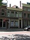 foto van Herenhuis met eenvoudige lijstgevel en deuromlijsting met gesneden empire-versieringen