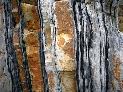 omväxlande lager av kvartsit och glimmerskiffer