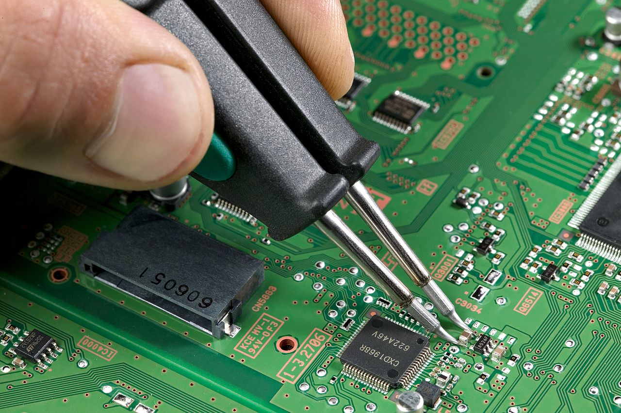 Filesoldering A 0805 Wikimedia Commons What Solder To Use For Circuit Boards