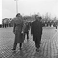 Staatsbezoek president Nyerere van Tanzania, vliegveld Soesterber, inspectie ere, Bestanddeelnr 917-6694.jpg