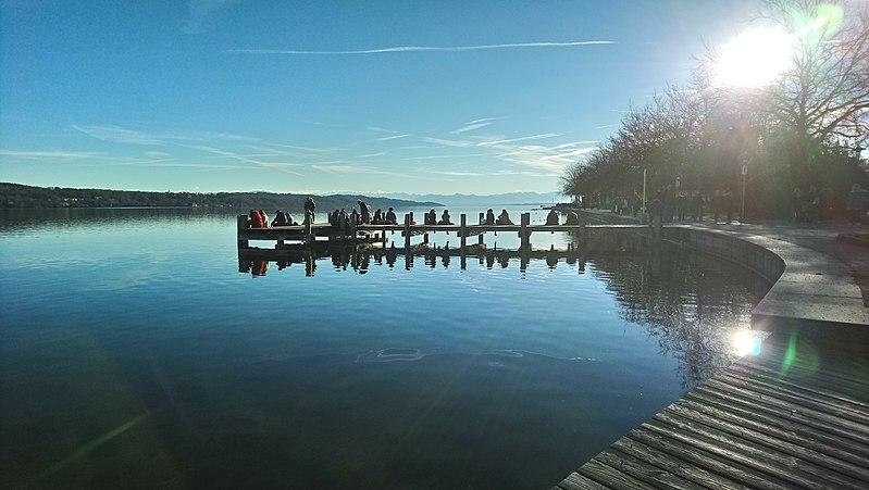 Fitxer:Starnberger See mit Steg und Alpenblick.jpg
