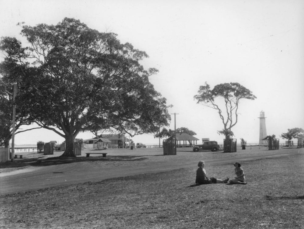 StateLibQld 1 115428 Picnic area at Cleveland Point, ca. 1938