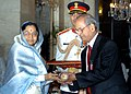 The President, Smt. Pratibha Devisingh Patil presenting the Padma Vibhushan to Dr. E. Sreedharan at Civil Investiture-II Ceremony, at Rashtrapati Bhavan, in New Delhi on May 10, 2008.jpg