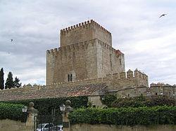 Torre del Homenaje del Castillo de Enrique II desde la Plaza del Castillo, con barrera de 1507 en primer plano.jpg