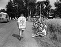 Tweede dag vierdaagse Apeldoorn, grappenmaker met handdoek, Bestanddeelnr 907-2542.jpg