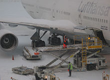 Un Boeing 747-400 della Lufthansa durante le operazioni di carico sotto la neve di Boston.