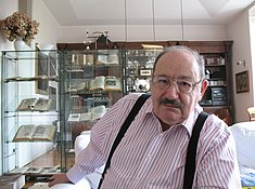 Umberto Eco in his house.JPG