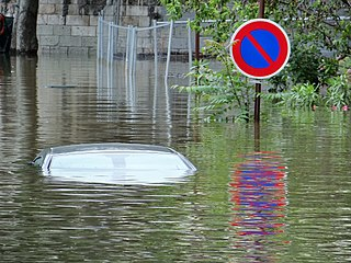 Underwater car, floods in Paris (2).jpg