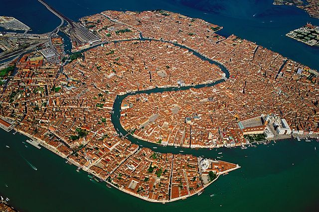 https://upload.wikimedia.org/wikipedia/commons/thumb/f/f8/Venice_Old_Town_Lagoon_Aerial_View.jpg/640px-Venice_Old_Town_Lagoon_Aerial_View.jpg