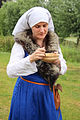 Verklede vrouw aan het eten Jacoba van Beierendag Oostvoorne.jpg